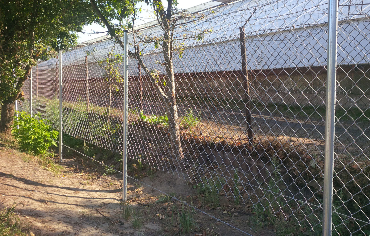 Строим забор из сетки рабицы своими руками 24