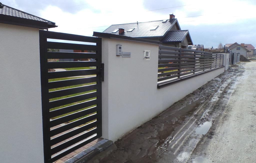 ogrodzenie poziome z furtka i murowaną ścianą