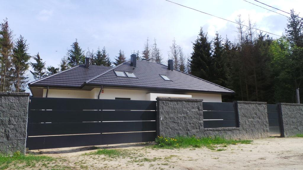 metalowa brama z szerokim poziomym ogrodzeniem
