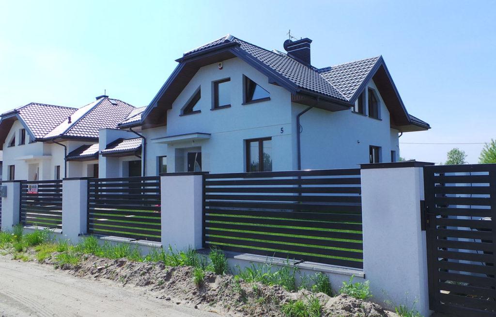 wmurowane metalowe ogrodzenie poziome