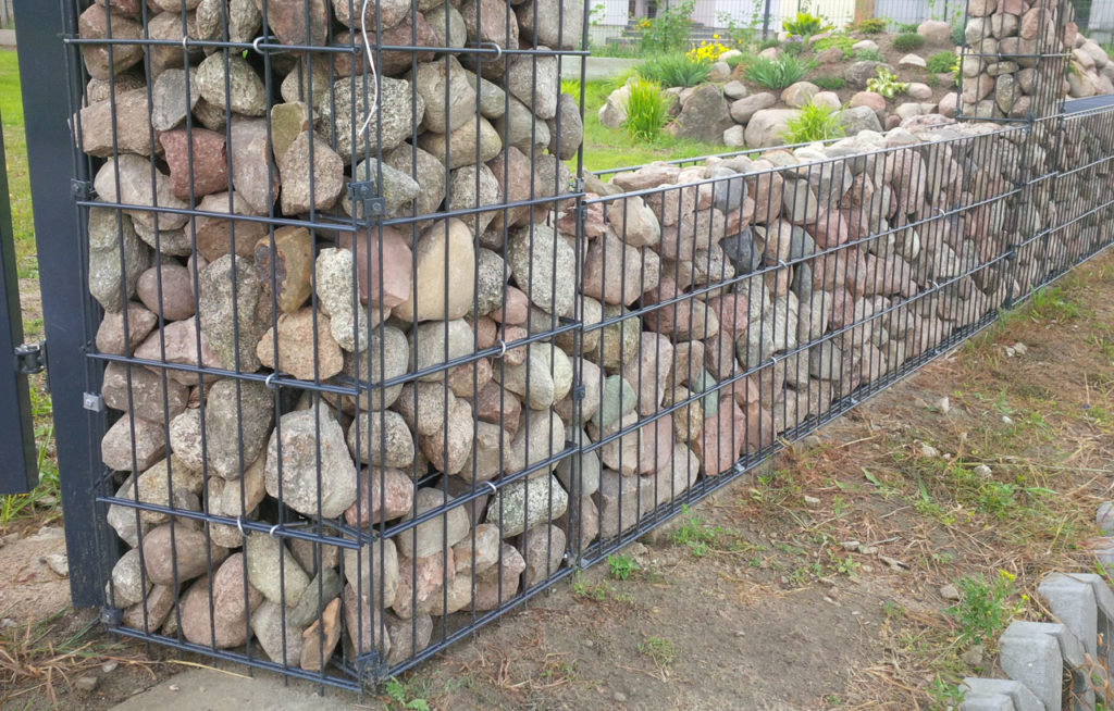 ciekawe rozwązanie - ogrodzenie gabionowe w ogródku