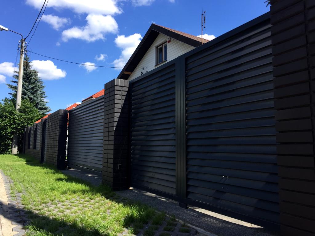 nowoczesny dom z żaluzjowym ogrodzeniem