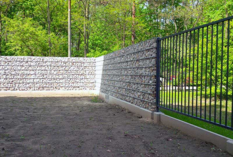 ogrodzenie z gabionu w połaczeniu z nowoczesnym poziomym ogrodzeniem