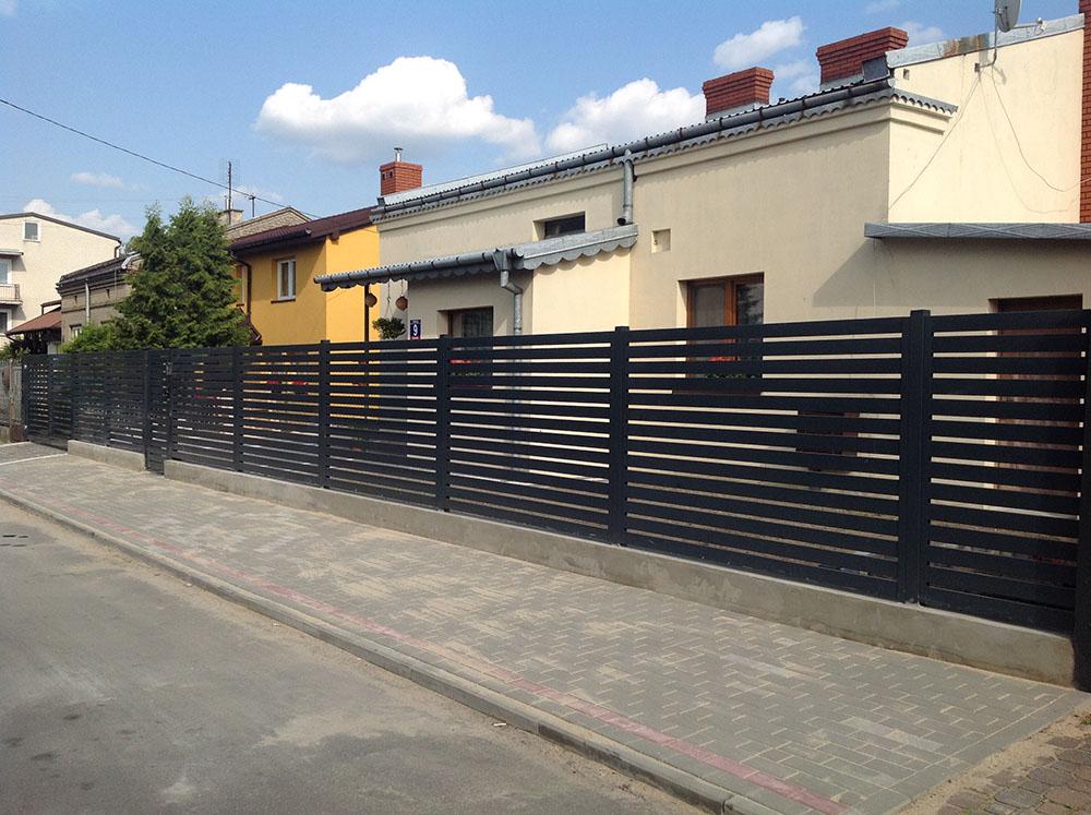 Nowoczesne ogrodzenie poziome od producenta ogrodzeń metalowych Siatmet
