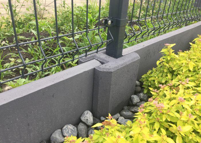 możliwość łączenia panelu ogrodzeniowego i podmurówki